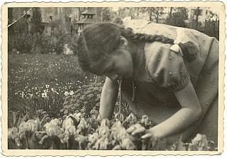 """Hannerl na zahradě, která měla nahradit Šumavu ze """"starých dobrých časů"""", jak je připomíná text na rubu snímku"""
