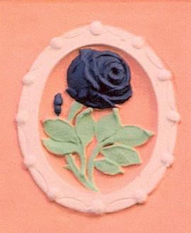 Domovní znamení černé růže na domě s cukrárnou v Piaristické ulici