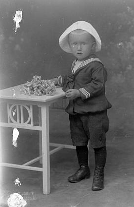 Na snímku z fototeliéru Seidel s datem 1. července 1919 naotcovojménoaadresu