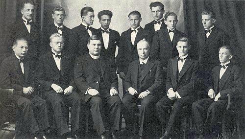Mezi maturanty německého gymnázia v Českém Krumlově v roce 1935 sedí druhý zleva, vedle profesora Mischky, katolického kněze