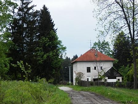 Bývalá škola v Bednářích na s nímku z roku 2015 (viz i Ernst Kurz)