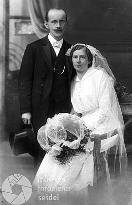 """Svatební fotografie z fototeliéru Seidel s datem 3. listopadu 1915 a adresou """"Kurz Heinrich Lehrer Stein"""", tj. učitel v Polné na Šumavě"""