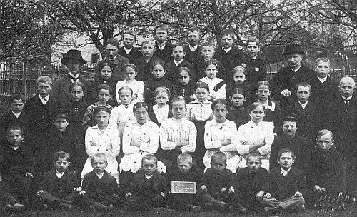 Se žáky školy v Bednářích 1920 (stojící ve čtvrté řadě prvý zleva)