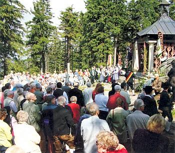 ... i záběr ze mše u kaple sv. Jana Nepomuka Neumanna při Jakobitreffen 2004