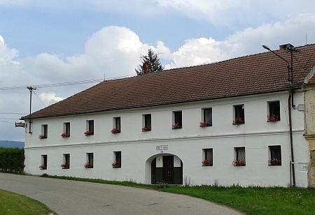 """Vierkant čp. 3, kde se říkalo po chalupě """"Ratzker"""", nářeční výslovností """"Ratzka"""", je dnes známý penzion,odkud je blízko do Krumlova i do Kájova, zařazený navíc mezi kulturní památky"""