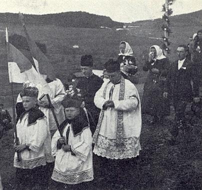 Novokněz Alois Kuschel na cestě z Rovného do Kájova ke své primici vroce 1934 - v řadě za ním uprostřed je jeho maminka