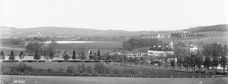 Netolice a zámek Kratochvíle s Petrovým Dvorem na pohlednici Josefa Seidela