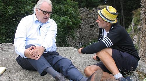 """S Kurtem Palmem, režisérem filmu """"Der Schnitt durch die Kehle oder Die Auferstehung des Adalbert Stifter"""", tj.""""Řez hrdlem neboli Zmrtvýchstání Adalberta Stiftera"""" z roku 2004, hovoří tu nejspíš na Vítkově Kameni"""