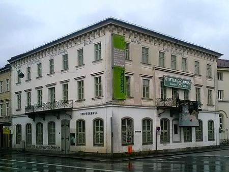 Linecký Stifterhaus v bílé a zelené barvě jako stránky Kohoutího kříže...