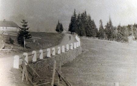 """Ještě docela """"bezlesá"""" silnice z Filipovy Huti dolů k Modravě na staré pohlednici"""