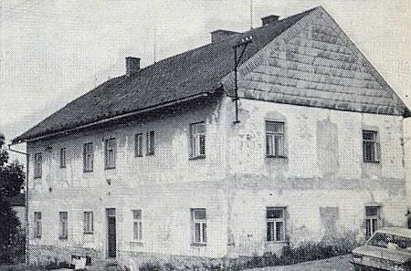 """Stará dvojtřídní škola v Cejsicích, po válce ubytovna """"kolchozních"""" dělníků, jak se píše v krajanském měsíčníku, na snímku z roku 1976"""