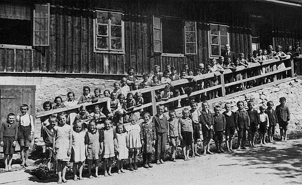Bosé šumavské děti před školou ve Filipově Huti, pan učitel Lad to však nahoře zřejmě nebude