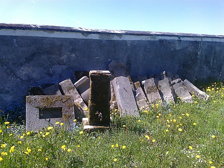 Poničené náhrobní kameny, přenesené ze zrušeného hodňovského hřbitova