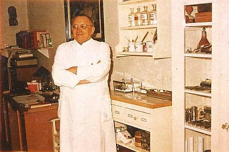 Jeho syn, Dr. Johann Nepomuk Ladek (1904-1964), který působil jako lékař v Lenoře v letech 1933-1946
