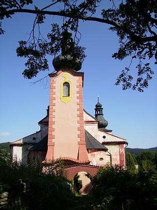 Poutní kostel Narození Panny Marie ve Strašíně a k němu vedoucí akátová alej