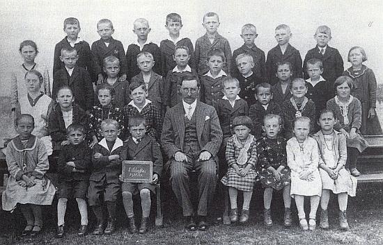 Pan řídící učitel Josef Lad se svými žáky v Žumberku, psal se školní rok 1930-1931