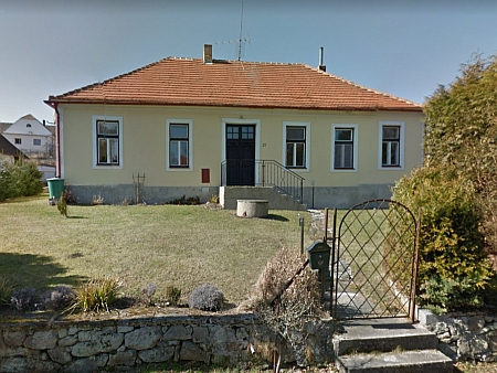 Někdejší německá obecná škola v Trutmani na snímku z roku 2012