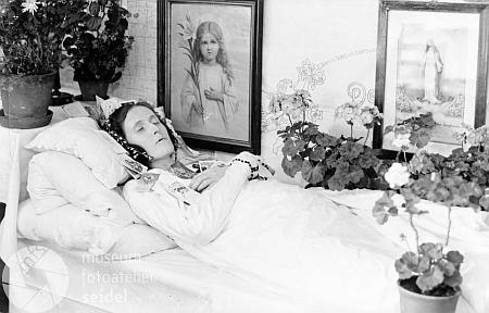 """Snímek zemřelé ženy s datem 11. června 1942 byl pořízen na jméno a adresu """"Steffl Kirchschlag"""""""