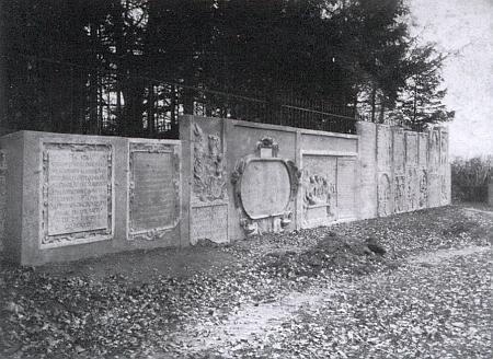 Náhrobní kameny rodu Lambergů v kapli sv. Erazima pocházejí ze Salzburgu a sem do Nezamyslic byly převezeny po zrušení tamějšího hřbitova