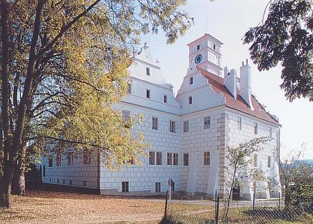 Žichovický zámek, v pozadí hrad Rabí