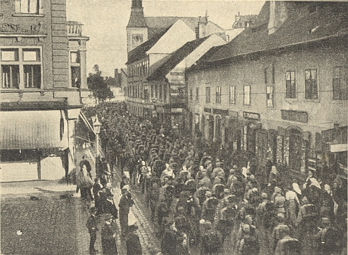 """Vzácný snímek odchodu budějovických """"jednadevadesátníků"""" do první světové války dnešní ulicí Karla IV., dříve Vídeňskou"""