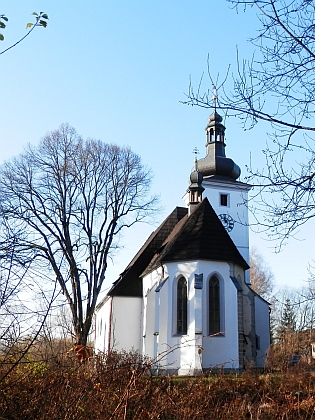 Cetvinský hřbitov a opravený kostel v zimě roku 2021