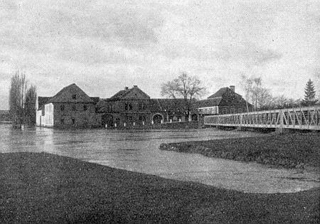 Tady zvěčnil na svém snímku z roku 1925 velkou vodu u českobudějovického Dlouhého mostu