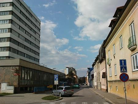 """Pohled do ulice (""""za Rakouska"""" Wunderlichovy, v nové republice Tylovy, v protektorátu Roseggerovy a po 2. světové válce opět Tylovy), kde žil a ukončil svůj život"""