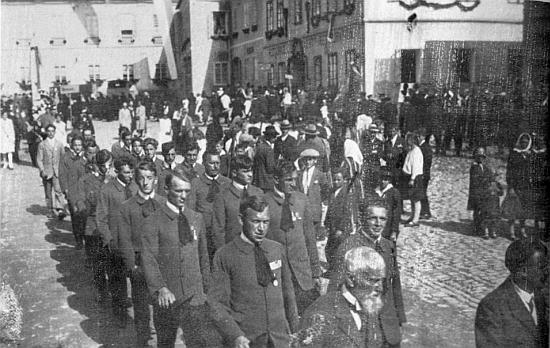 Tady je někdy v půli dvacátých let zachycen na turnerské slavnosti ve Volarech v popředí průvodu hned vlevo v prvé řadě za svým otcem (tím s plnovousem)