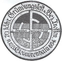 """Emblém jubilejní slavnosti k 70. výročí založení turnerské jednoty v Lenoře zdejšími skláři roku 1864 nese na březovém dřevě čtyři F (tj. """"Frisch, Fromm, Fröhlich, Frei"""" - rozuměj """"svěže, zbožně, radostně asvobodně""""), připomínají v roce 1934 sice ještě dost nevinně, avšak o to nápadněji národně socialistickou svastiku"""