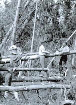 Snímek Josefa Seidela z června téhož roku 1919 ho zachycuje mezi dřevorubci