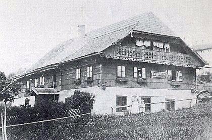 """Rodný dům v Lenoře, zvaný """"Die alte Schmiede"""", tj. """"stará kovárna"""""""
