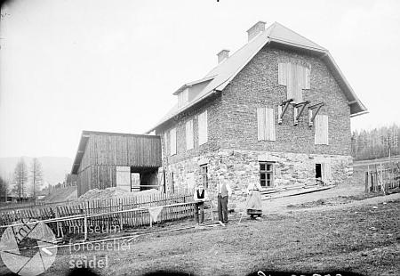 Novostavba jeho domu blízko nádraží v Lenoře na snímku z března 1926