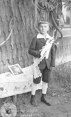 Syn zřejmě někdy kolem prvého svého svatého přijímání vroce 1931