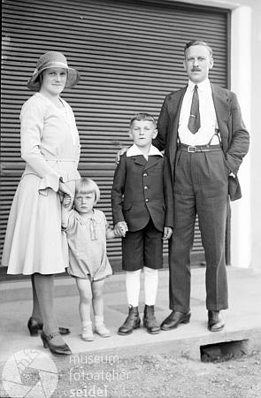 S rodinou na snímku datovaném dnem 4. července roku1931