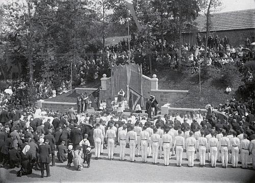 Slavnost odhalení památníku padlých v Lenoře na Seidelově snímku s datací 2. srpna 1923