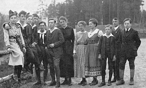 Skupinka mladých v Lenoře v máji 1919 (Burghard Lang šestý zleva)