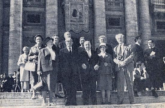 Tady stojí s fotoaparátem na schodišti před svatopetrským dómem při římském blahořečení Jana Nepomuka Neumanna