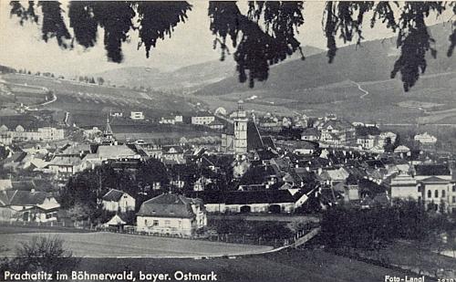 """Pohlednice z časů, kdy """"Prachatice na Šumavě"""" patřily k """"Bavorské východní marce"""", nese signaturu jeho firmy"""