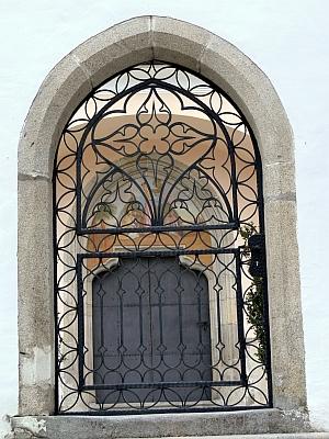 Brána ke hřbitovu Maria Anger ve Schläglu s pozdně gotickým portálem