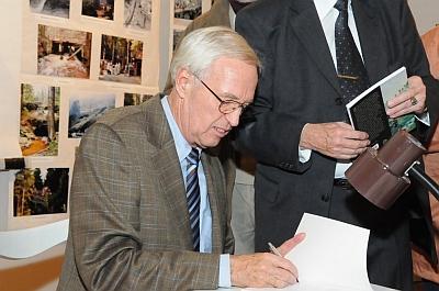 Při podpisu knihy o Schwarzenberském plavebním kanále