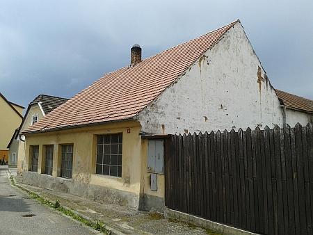 Rodný dům čp. 3 v Nových Hradech na snímku z roku 2016