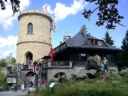 Rozhledna na Kleti a turistická chata dnes (2013)