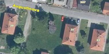 Novostavba na místě po válce zaniklého poběžovického domu čp. 21, kde se narodil jeho otec, na leteckých snímcích z let 1958 a 2011