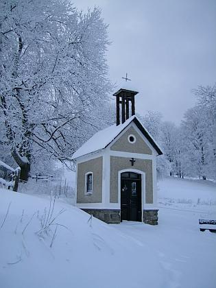 Kaplička v rodné Dolní Sněžné v zimním hávu na snímku zroku 2010