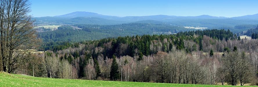 Panorama šumavských vcholů z rodné Dolní Sněžné (na horním snímku prvý zprava Knížecí stolec, na dolním prvý zleva Chlum)