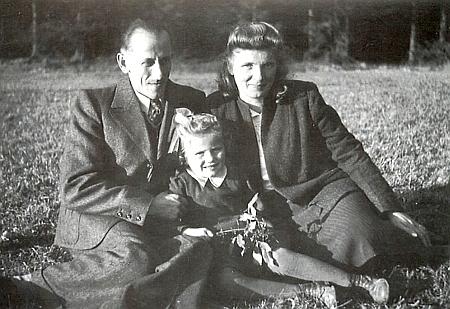 Se ženou a dcerkou Julianou na snímku pořízeném roku 1949 vAllmannshofen