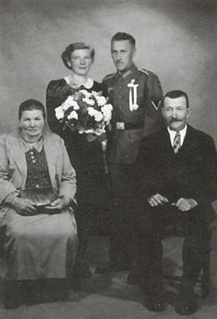 Snímek z jeho svatby v roce 1942 s Annou Stefanií Weißovou ze Spálence (německy Brenntenberg) zachycuje i nevěstinu matku aženichova otce