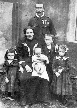 U maminky na klíně, otec v c.k vojenské uniformě v posledním roce první světové války 1918