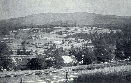 Pohled od Dolní Sněžné na Spálenec, uprostřed škola, do které chodil, vzadu Dlouhý vrch